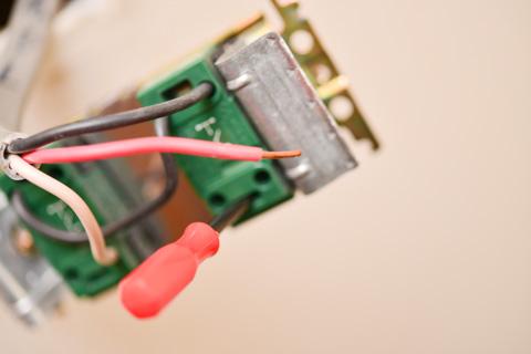 ロック解除穴にマイナスドライバーを差し込むと,簡単にケーブルが外れます。