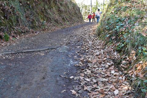 頂上への道はこんなですから,そもそもロードに乗っていくのは無理でしょう。