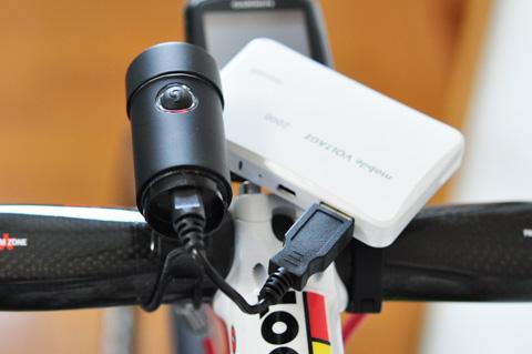 自転車に載せたまま,モバイルバッテリーで充電する(^^)