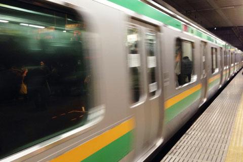 藤沢駅を出る東海道線。1時間後,東京駅でどっちのドアが開くかを気にするかな? 覚えていられるかな?(^^)