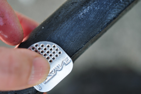 痛そうな金属ヤスリでチューブ表面を軽く削ります。