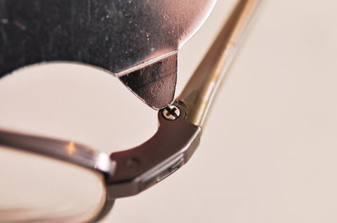 メガネのネジ(うそ)。こんな小さいネジ,絶対にぶっ壊すのでやっちゃだめです。