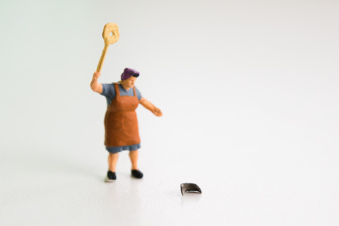 ゴキブリ,いや,パンク原因の金属片を引っ叩くオカン(^^)