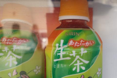 このクソ暑い天気に,生温かいお茶!? 「冷たい」か「カンカンに熱い」がいいんですけど・・・。