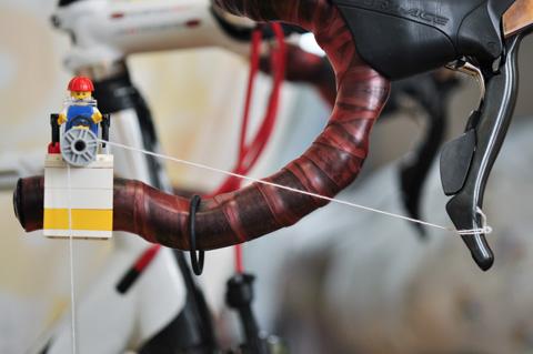 長い自転車の歴史上,こんなくだらない装置を作った人はいるのだろうか・・・?