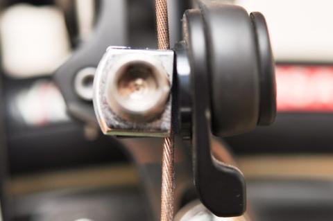 固定金具が斜めになって,ワイヤーを全面で挟んでいません。