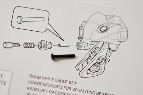リアディレイラのケーブル受けの部分には,専用のダストカバーを付けます。角度がきつくなっても,コーティングを剥がさないためだそうです。
