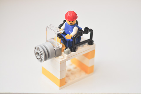 ハンドル,レバー,円筒形。いったい何をする装置(乗り物?)なんでしょう。