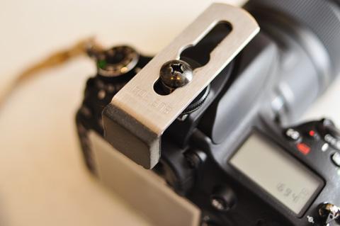 こうやってカメラのストロボ部分に装着します。