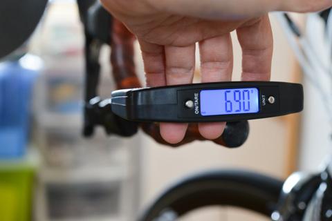 ブレーキレバーの「引き」の重さ計測中。