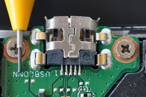 左に見えるのはシャープペンの芯(0.5mm)です。これから,この細かいハンダ作業が始まります・・・。