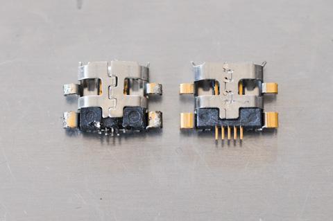 摘出されたダメコネクタ(左)と,新品のコネクタ(右)