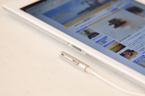 XperiaはマイクロUSBコネクタのほかに,サイドの充電接点からも充電できます。