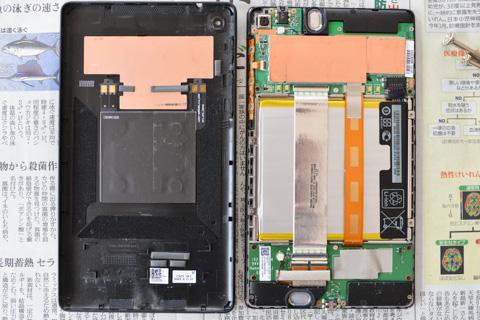 パカ割れしたNEXUS7。背面カバー(左)にはシールドのようなものはありますが,基本的になんにも付いていません。