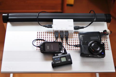4台同時充電器で,各種デジタル機器を充電中。