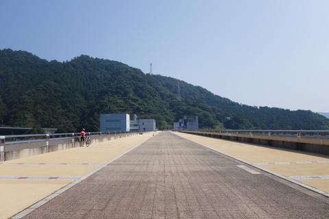 宮ヶ瀬ダムの上。予想以上に広くてびっくり(左を歩くのが次男坊)。