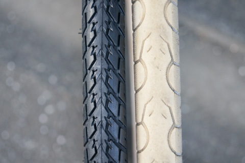 左が新品タイヤ,右が完成車に付いていたタイヤ。劣化が・・・。