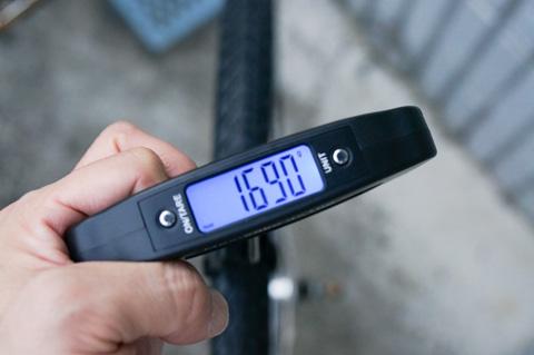 ちなみに,ホイール・チューブ・タイヤ込みでこの重量。595号なら前後セットでこれより軽い・・・。