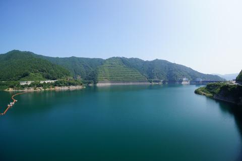 ダム湖(宮ヶ瀬湖)は青く,美しい湖です。