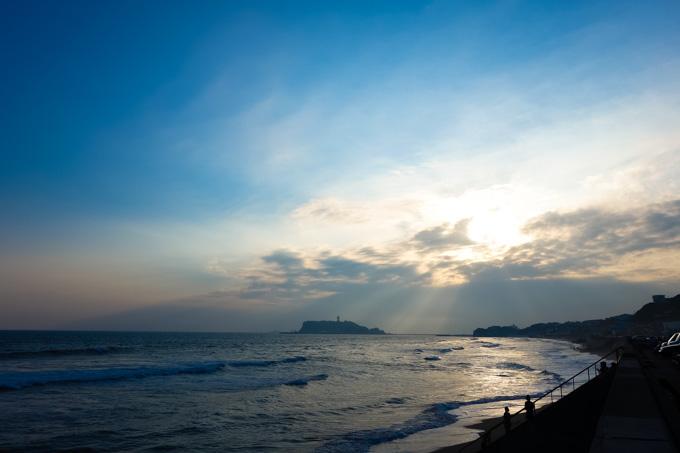 七里ガ浜から江の島をのぞむ。いいなぁ,海。