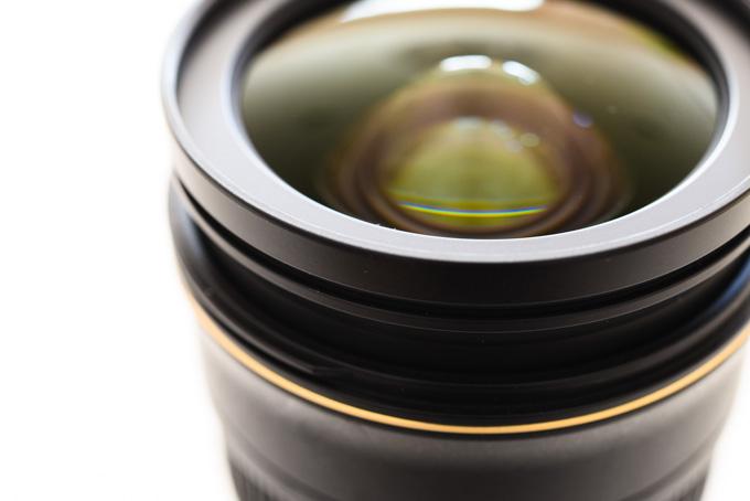 大口径レンズですから,名前の通り,レンズ直径は77mmあります。