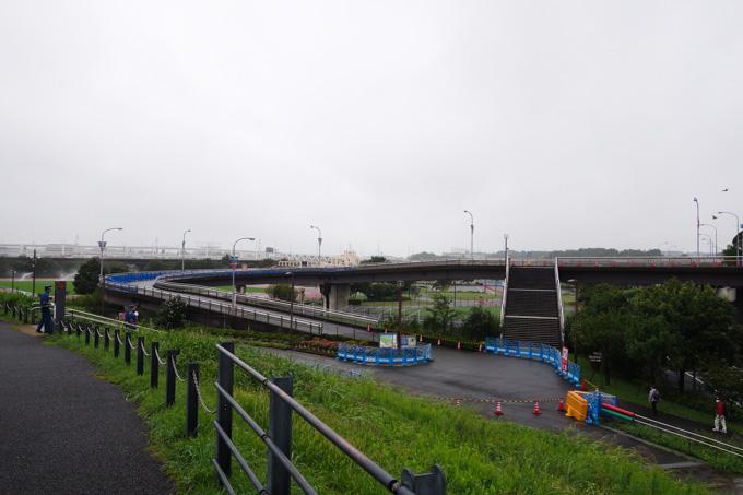右の方から橋を通って,直角カーブを経て,手前の180°ヘアピンで折り返す。本当にこんなところ,走れるのか!?