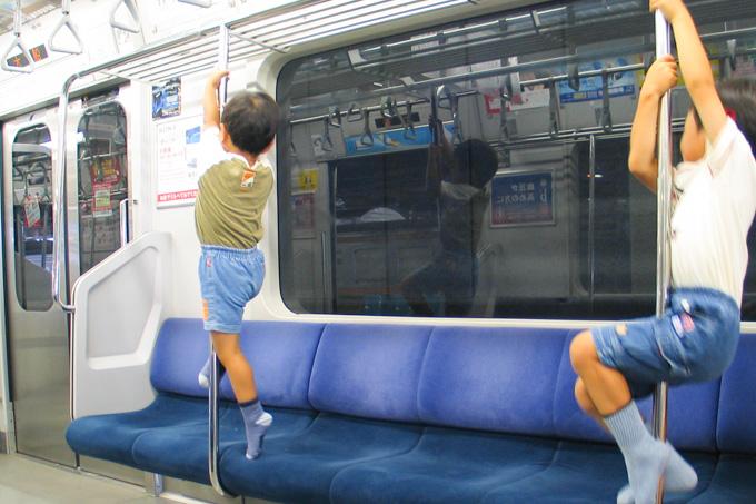 10年前の子供たち。いくら始発で無人でもちゃんと座りましょう(笑)