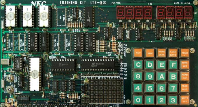 おいら初の計算機,TK-80。これを使って遊んでいた人が,iPhoneじゃ無理があるか・・・。