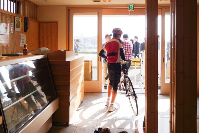 これは帰るとき。店の中からロードバイク2台が出てきて,お客さんもちょっとドン引き気味(^^;)