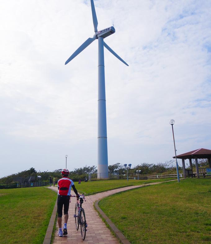 初めてここ(宮川公園の風力発電)に来て,デカさに驚く次男坊。