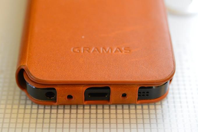 充電端子をかわし,スピーカーの音量にも配慮するなど,よく工夫されています。