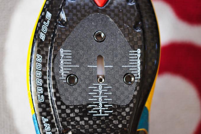 真ん中の,縦長の穴が「メモリークリップ対応」の証(^^)