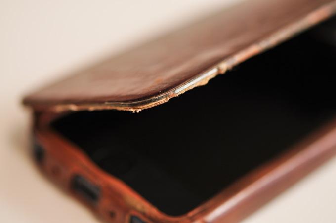蓋のヘりが破損して鉄板が出てきました。これが「使い込むほどに出てくる味」なのかな?