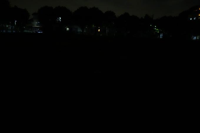着火前。照明が無い,真っ暗な公園です。