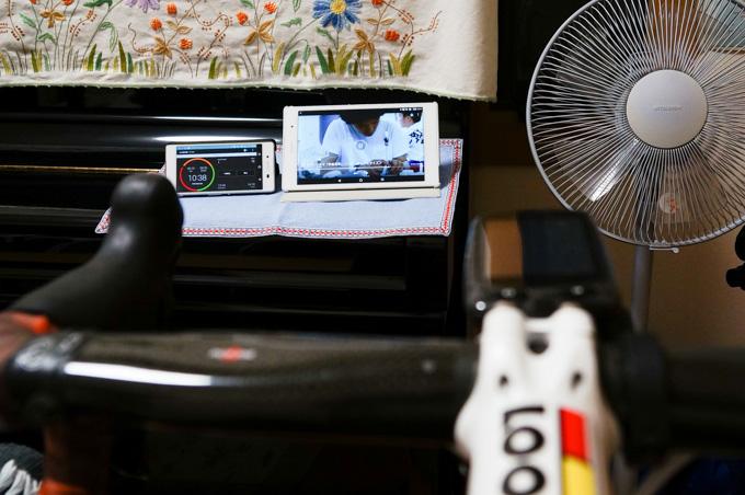 手前に置いたタブレットでTVを見て,音声はヘッドセットで聞く。ワイヤレスは快適~(^^) タブレットの左横のスマホは,HIITのタイマーアプリを使用中です。