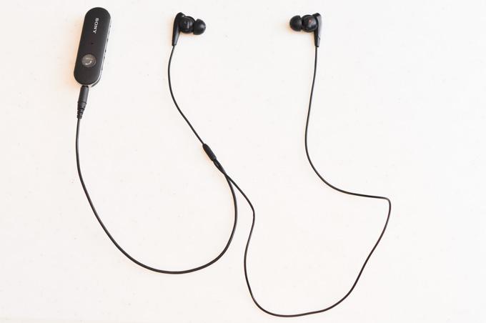 本体→左耳→右耳とつながるケーブルが,短いけど意外と邪魔なんです・・・。