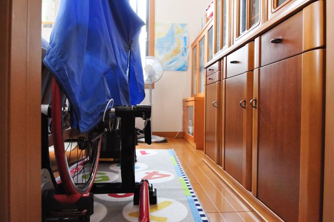 狭い我が家で,ローラー台をやる場所を確保するのは大変です(^^;