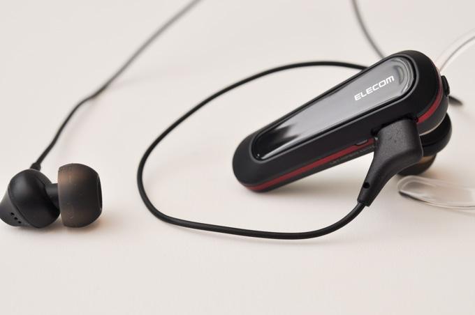 付属の右耳用イヤホンは,充電用のMicro USBのポートに差し込んで使います。