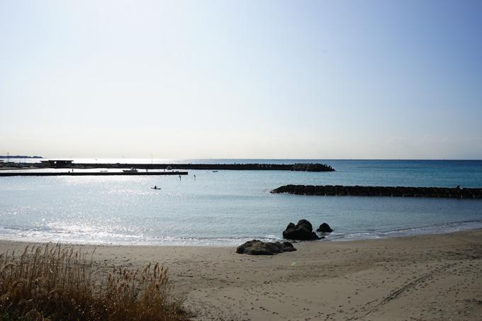 湘南国際村に向かう途中に,とても静かな隠れ家的(?)な海辺があります。いつも,ここで休憩しています(^^)