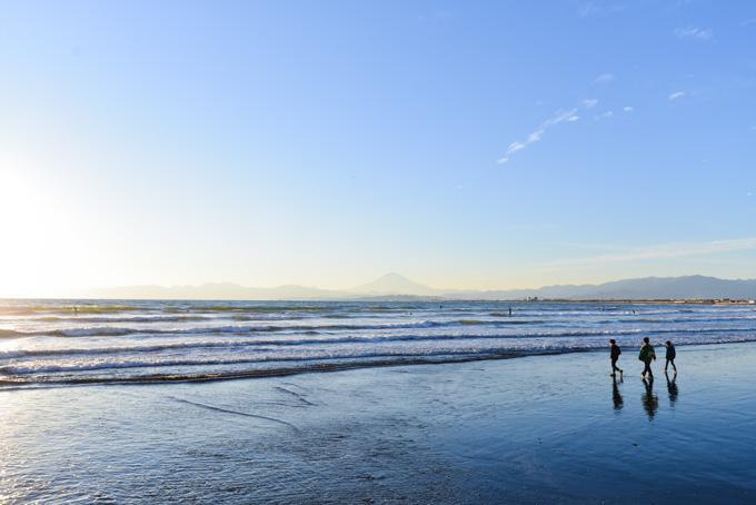 チキンレース? 波に近づき,そして波に追われることになる子供たち。