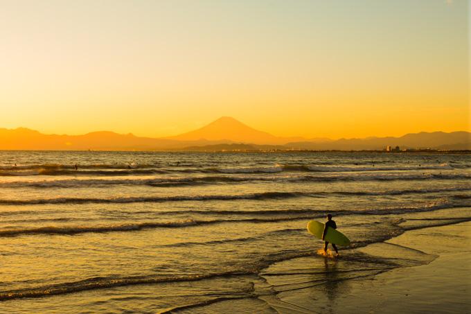夕日に向かって,海に入っていくサーファーさん。格好いい~!
