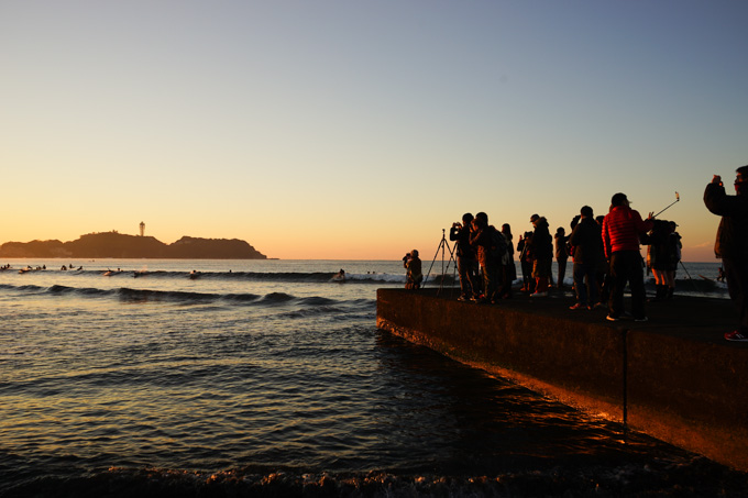 砂浜よりは人が少ないのですが,突堤の上は三脚や自撮棒が多いので,注意が必要です。