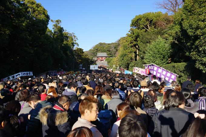 参拝客でにぎわう鶴岡八幡宮。本殿まで約1時間半でした。