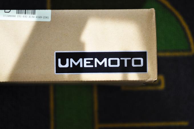 段ボールには,「UMEMOTO」のメタリックなエンブレムが誇らしげに貼られていました。
