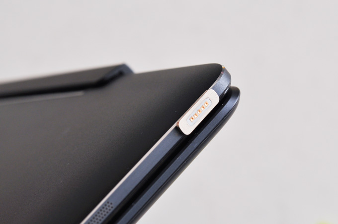 ASUS TransBook T90のサイドできらりと光る小さな金属パーツ。今日は,この極小パーツが主役です(^^)