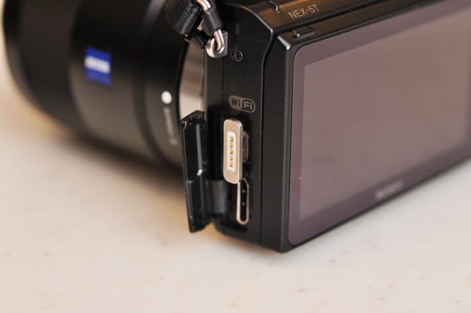 これはNEX-5T(デジカメ)。端子カバーが邪魔です。