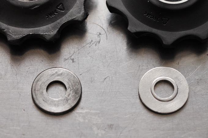 新旧のアルミ板の違い。新型(右)は少し凸凹がついています。
