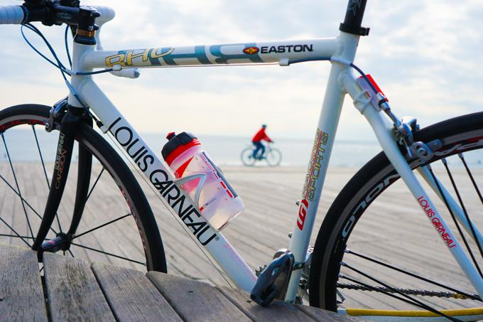 清く水平なホリゾンタルフレームの中を,自転車が走っていく(^^)
