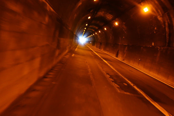 ほとんどが,こういう,狭くて歩道が無くて,下手すりゃ上りのトンネルです・・・(涙)(後ろが赤信号で車が来ていないのが幸いですが・・・)