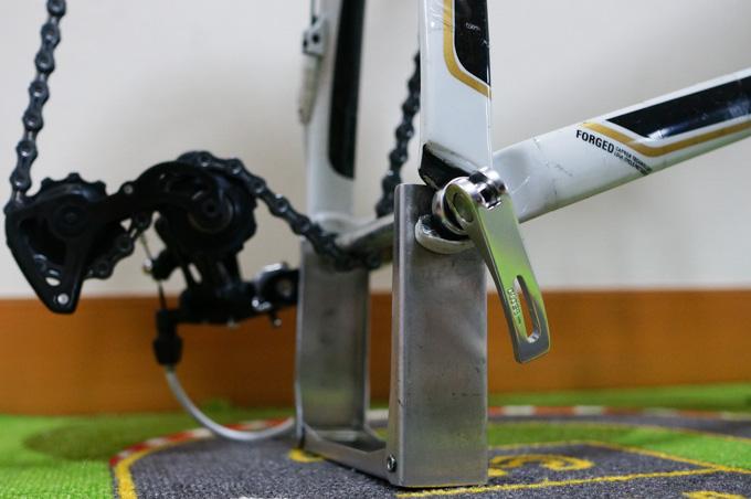 エンド金具のシャフト。よく考えたら,ホイールのシャフトと同じなんだから持っていく必要ないじゃん(^^)